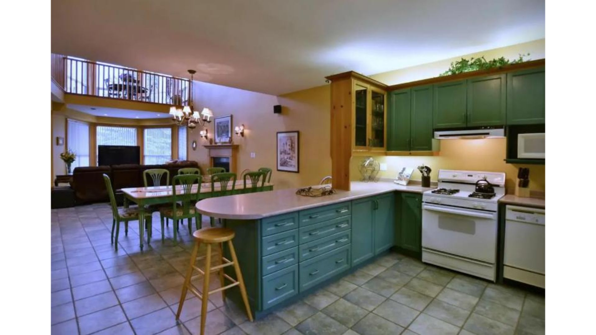 Fantastic 5 Bed Blue Mountain Chalet - Steps to Skiing & Shopping - Sleeps 14 photo 15856516