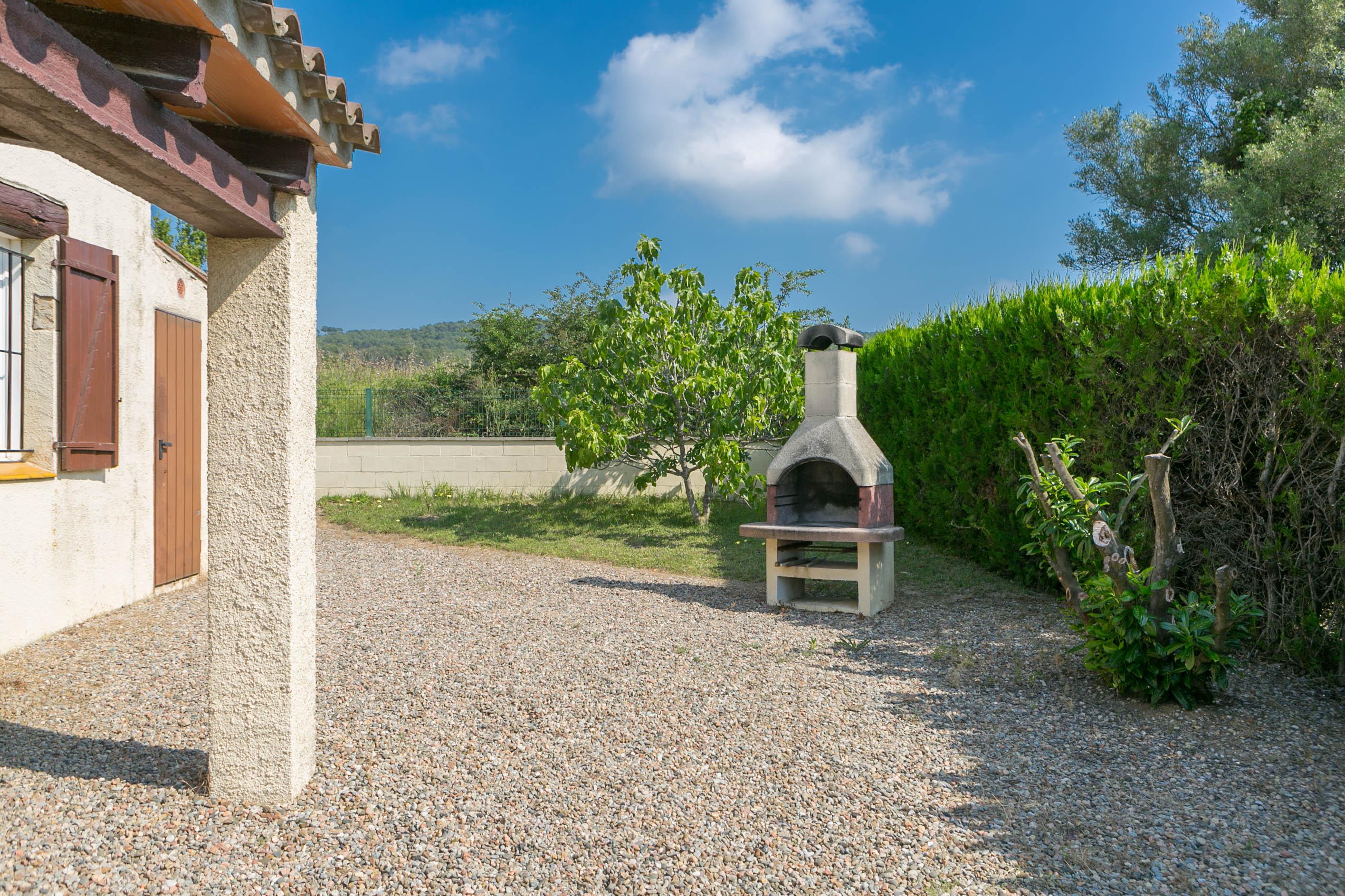 2 bedroom semi-detached house in Urb. Torre Gran, L'Estartit. Garden and community pool (Ref:H38) 4